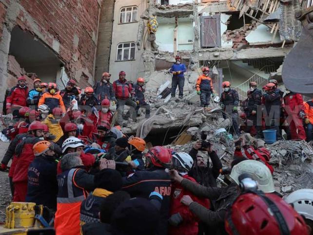 Nuevo sismo golpea zona afectada de Turquía