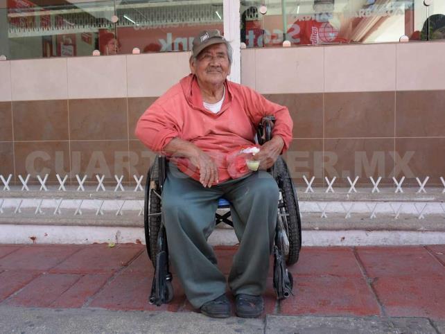 Don Rafael requiere una silla de ruedas