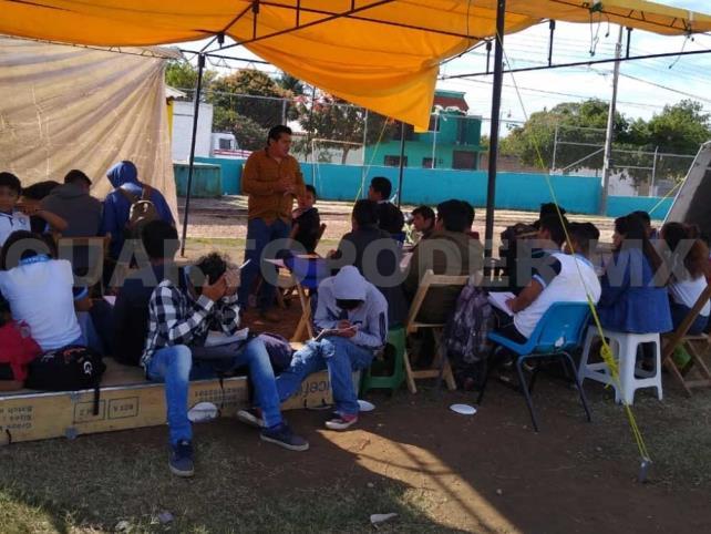 Estudiantes reciben clases bajo el sol