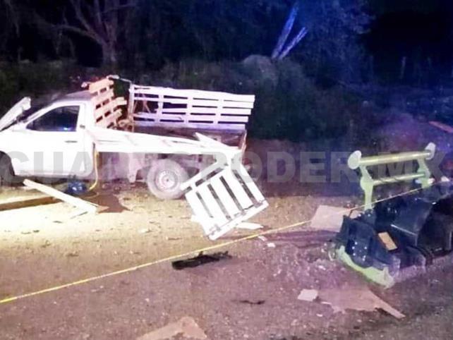 Camioneta cae a barranco y obreros salen heridos
