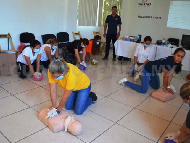Bomberos imparten primeros auxilios