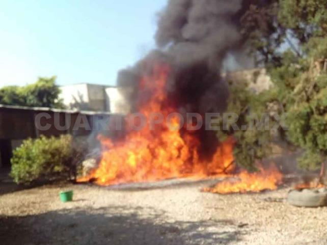 """Armados disparan y queman negocios de """"huachicoleros"""""""
