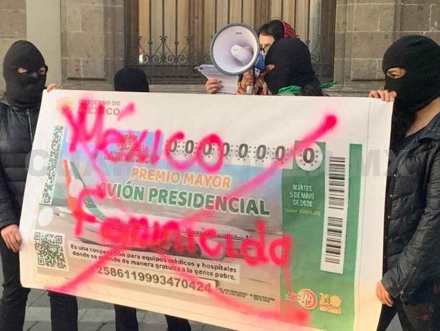 Protestan afuera del Palacio Nacional por feminicidios