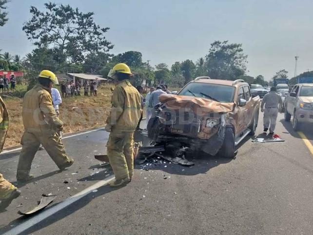 Tres lesionados en choque de sedán y una camioneta