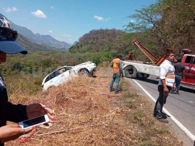 Cae camioneta en barranco; un muerto