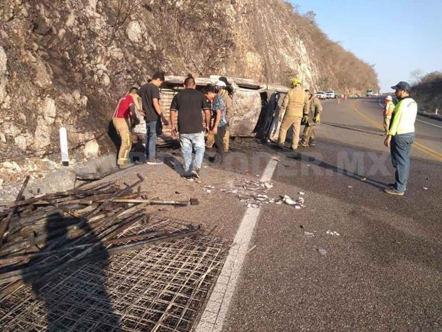 Vuelca y se incendia en la autopista; tres lesionados