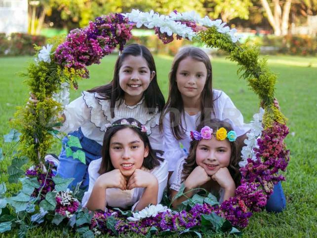 Niñas, flores y diversión