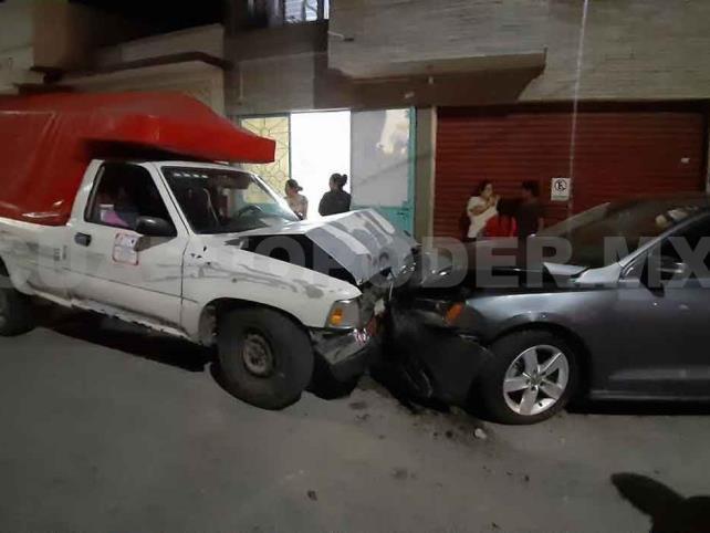 Ebrio conductor destroza tres carros en carrera