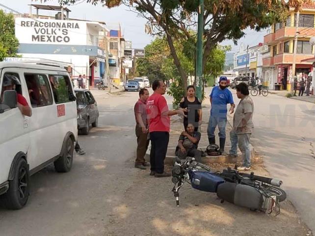 Motociclista se estrella contra colectivo