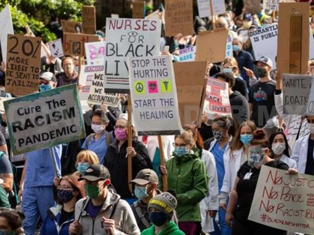 Miles marchan para protestar contra racismo