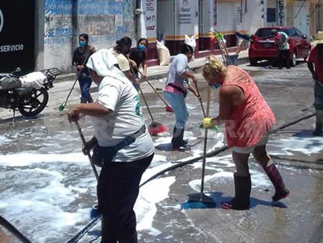 Limpian calles para combatir coronavirus