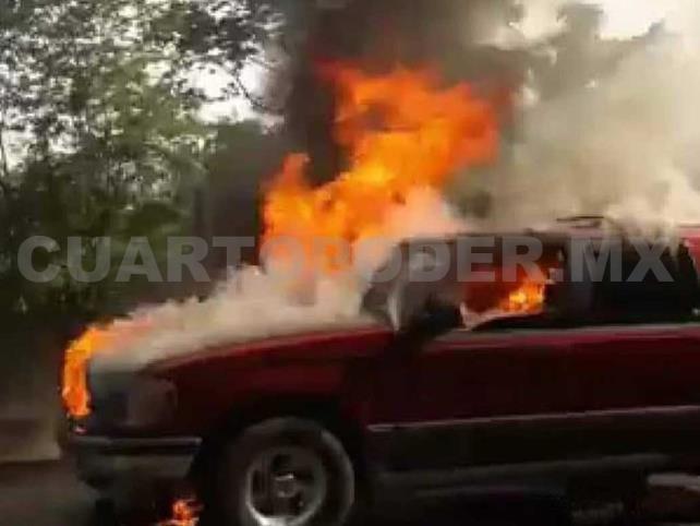 Camioneta queda en cenizas en autopista tras incendio