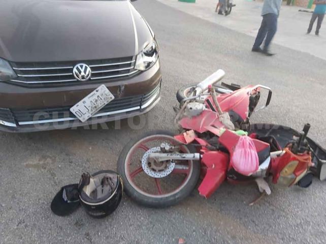 Motociclista se estrella en Jetta y es hospitalizado