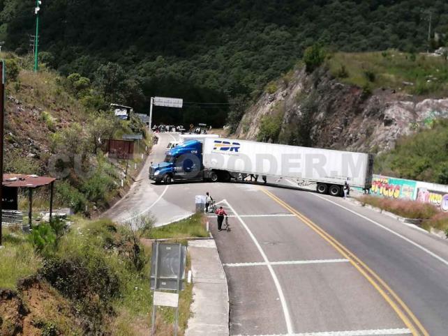 Maestros interinos del NEI bloquean carretera de cuota