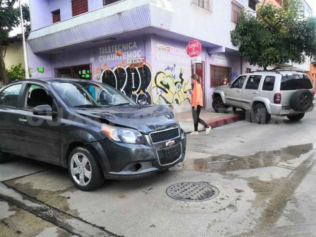 Fuerte accidente de Aveo y camioneta en la zona centro