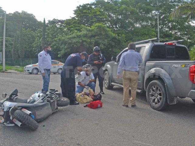Motorista es arrollado por Pick up en el Reloj Floral