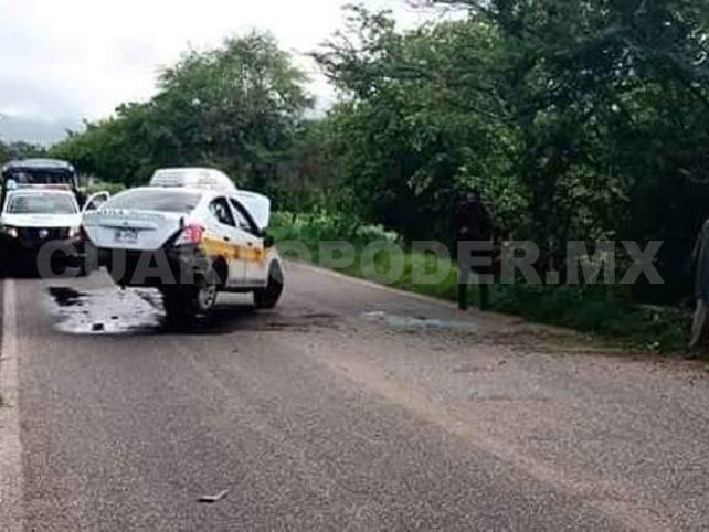 Volcadura de taxi salda con tres heridos