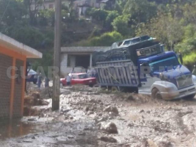 Derrumbes afectan carreteras del estado