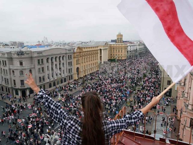 Más de 10 mil mujeres marchan contra violencia