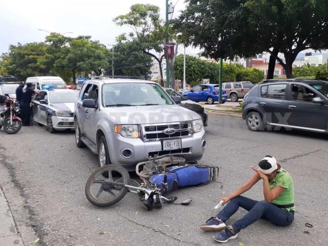 Pareja de motociclistas es arrollada en bulevar