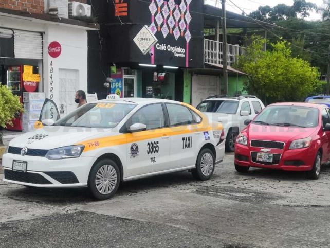Despistado conductor se estrella contra un taxi