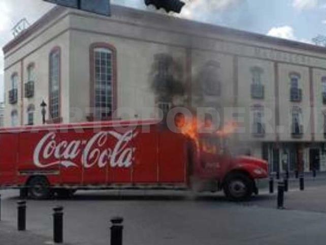Taxistas incendian camión de bebidas tras decomiso