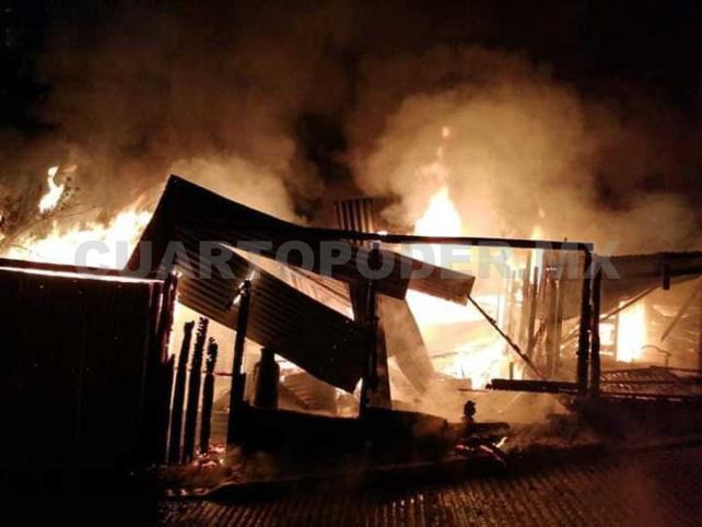 Voraz incendio deja domicilio en cenizas