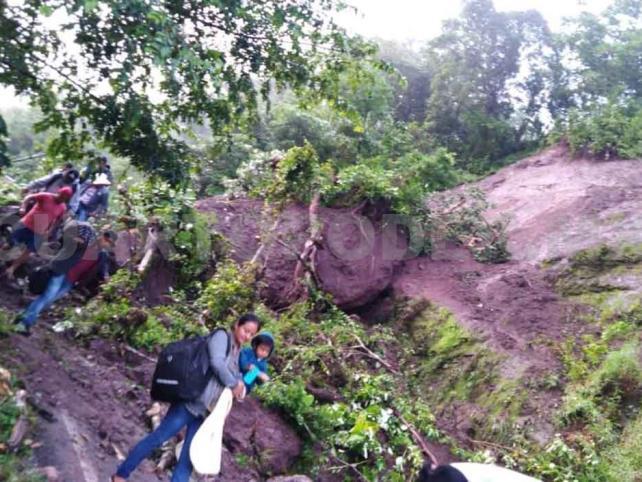 Derrumbes por lluvias obstaculizan caminos