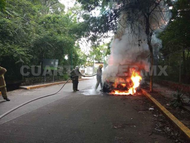 Se incendia auto compacto y queda reducido a cenizas