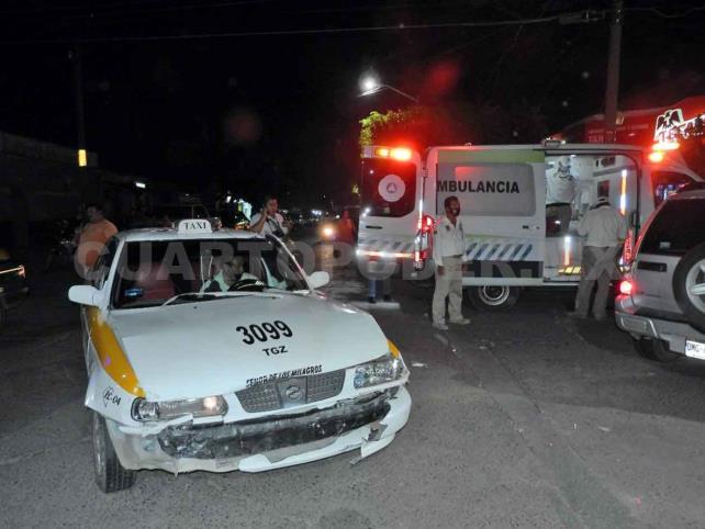 Dos heridos en choque entre una camioneta y taxi