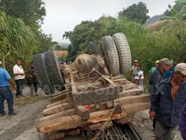 Tres lesionados al volcar un camión
