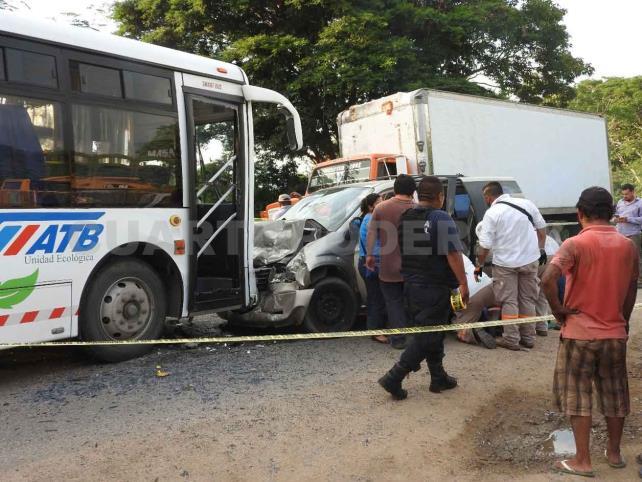 Dos muertos y 11 heridos en accidente carretero