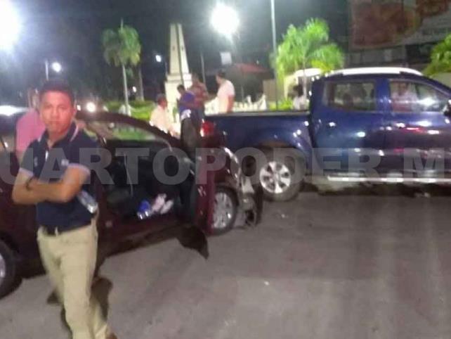 Dos lesionados en choque de camioneta y un sedán