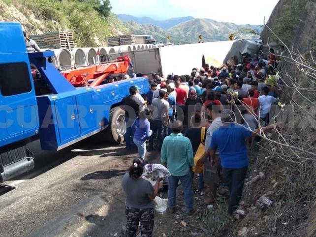 Vuelca camión de Lala en autopista Coita-Arriaga