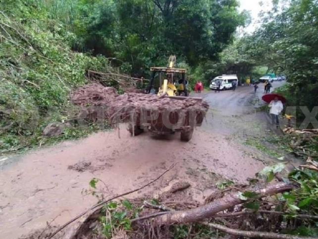 Avanza recuperación de tramos carreteros afectados