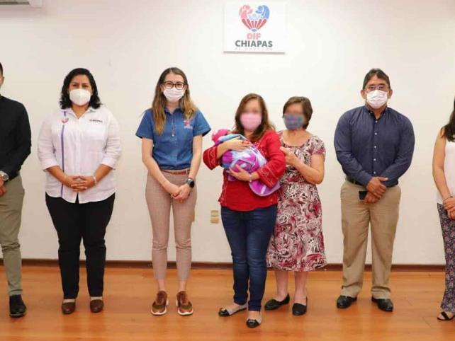 DIF Chiapas celebra conformación de una familia mediante adopción