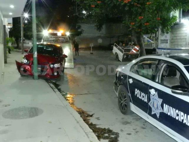 Muere automovilista al estrellarse contra poste