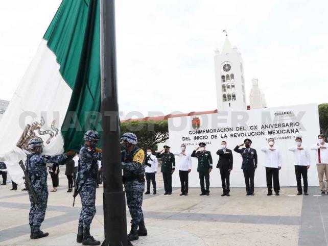 Encabeza Escandón izamiento de bandera