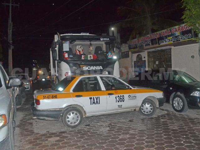 Camión de Veolia y taxi implicados en carambola