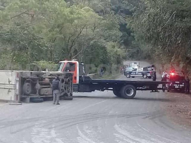 Chofer de camión pierde control y termina volcando