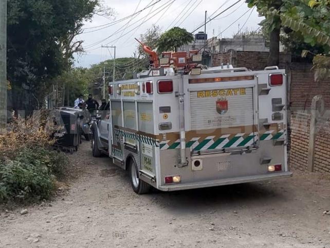 Rescatan vecinos a dos niños tras incendiarse una casa