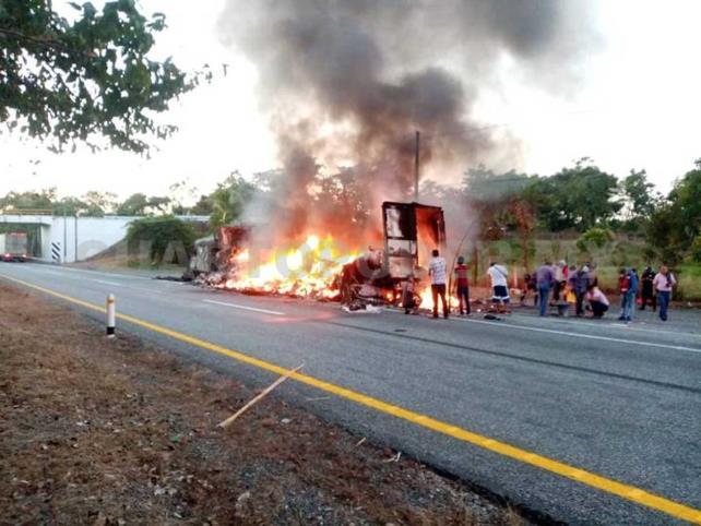 Se incendia tráiler sobre la Costera y queda en cenizas