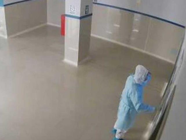 Policía se vistió de médico para ver a su padre