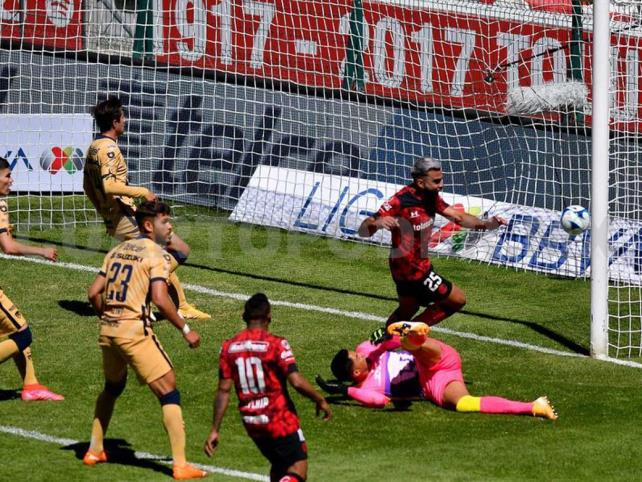 Con polémico arbitraje, Toluca vence a Pumas