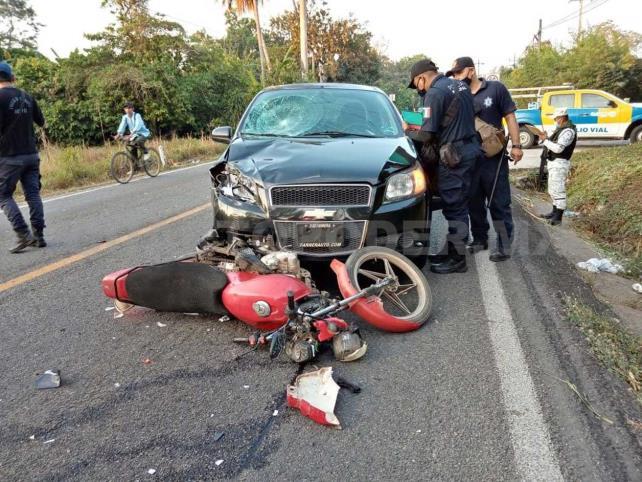Dos lesionados en choque de motocicleta y Aveo
