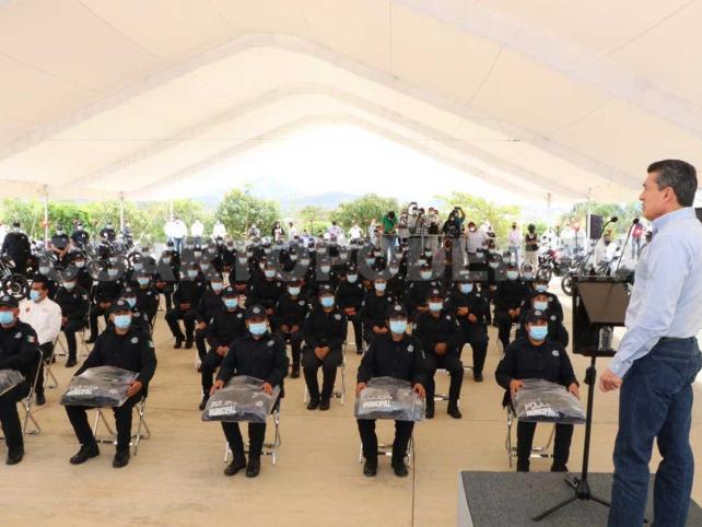 Entregan motopatrullas, uniformes y equipamiento a policías