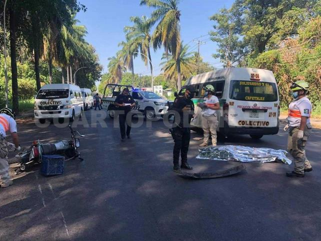 Muere motociclista impactado por combi