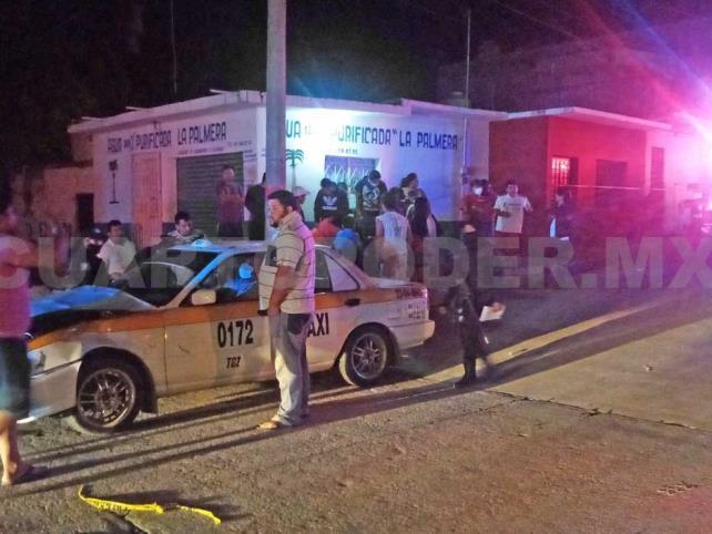 Choca patrulla contra taxi; mujer queda herida