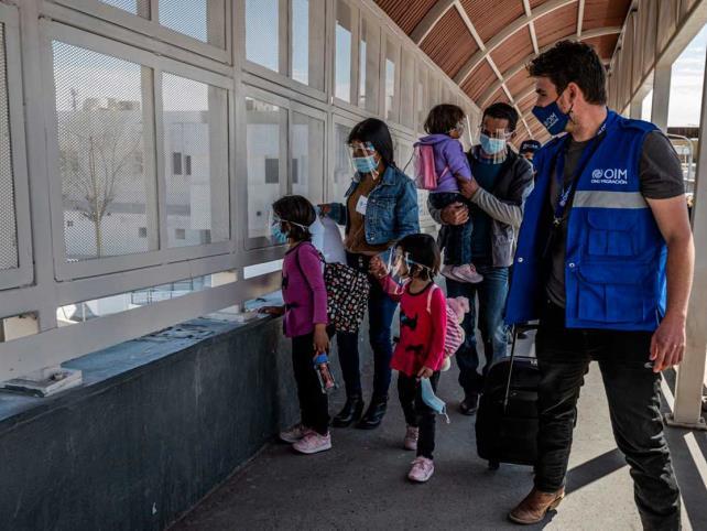 Analiza EUA instalar a familias migrantes en hoteles