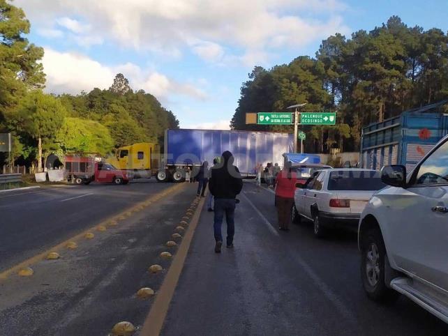 Bloquean carreteras de cuota y libre acceso